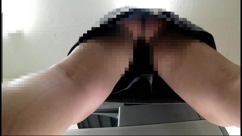 ちょいエロ部長がコピー機の下に仕込んだカメラで部下のOLパンチラ8