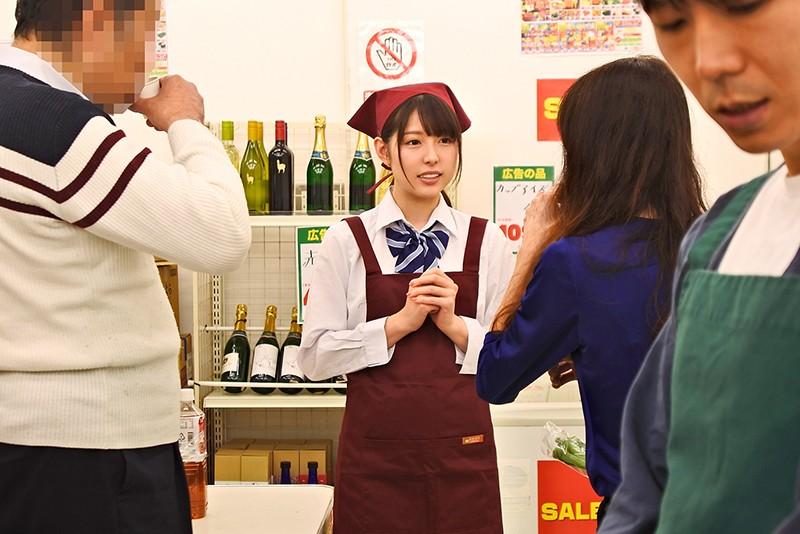 スーパーで制服のままバイトする女子○生の無防備パンチラはボクを誘っているとしか思えない!