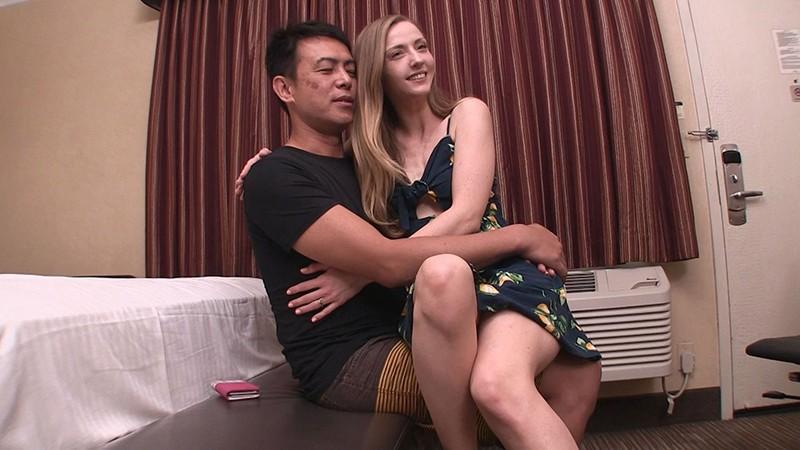 ロスでナンパしたハリウッドセレブ人妻が手入れの行き届いた高級美脚の足コキで欲求不満解消のAV出演 カーラ(30歳) 1枚目