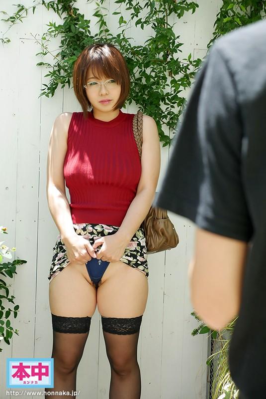 旦那とのセックスレスに耐え切れず、AV撮影に風俗感覚でやってくる人妻 1枚目