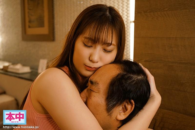 美谷朱里がおじさんを抱擁する