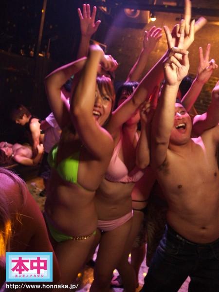 【巨乳】 ビキニナイト2015 媚薬泡パーティー 潜入!!泡に隠れて生ハメ中出ししても超ヤバい勢いで盛り上がるギャルたち! キャプチャー画像 7枚目