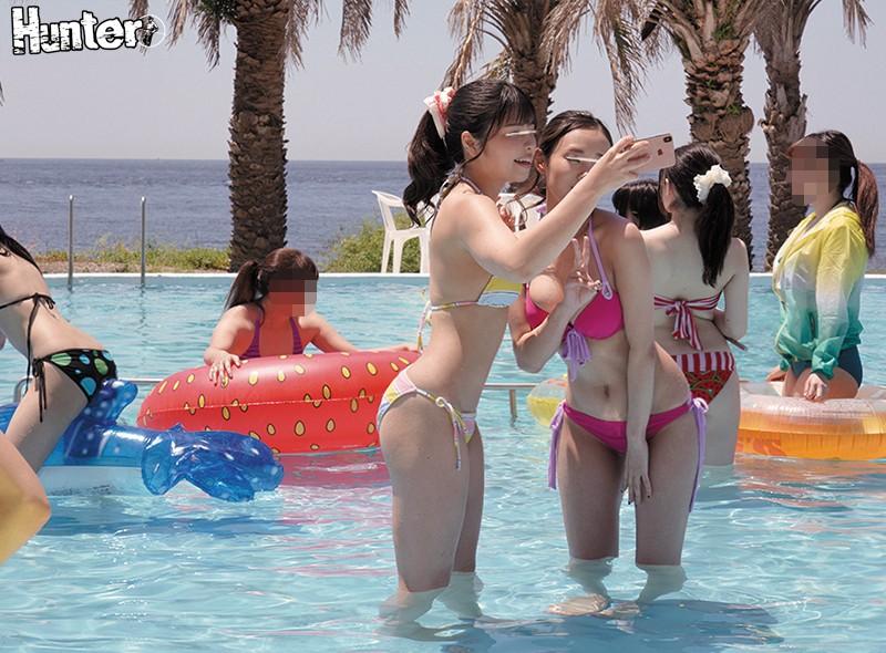 ウォータースライダーで水着が食い込み!お尻がプリンっ!と食い込んじゃって!SNS映えすると噂の若い女子に人気のプールに行ったら美尻美乳巨乳…のサンプル画像