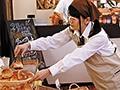 『その無防備パンチラはもしかしてわざと?』ボクが働いているパン屋でバイトしている女子○生は、制服姿のままバイトしていて可愛いさ三割り増し!…