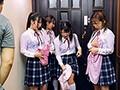 下校中に突然の雨に振られて、びしょ濡れで雨宿りにやってきた義娘と友達のズブ濡れの透けブラ制服女子から目が離せず勃起しまくり!
