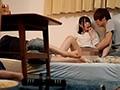 大学の友達数人で宅飲みから、みんなで雑魚寝。彼氏が横で寝ているのに彼女に我慢できず触ってしまい、そのまま隠れてエッチ。彼氏が帰った後…
