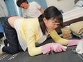「こんなに汚してごめんなさい!」ドM家政婦が潮吹きしまくりで部屋を濡らしてイキまくり!床を拭かせて謝りまくりの土下座足舐めで連続中出し!