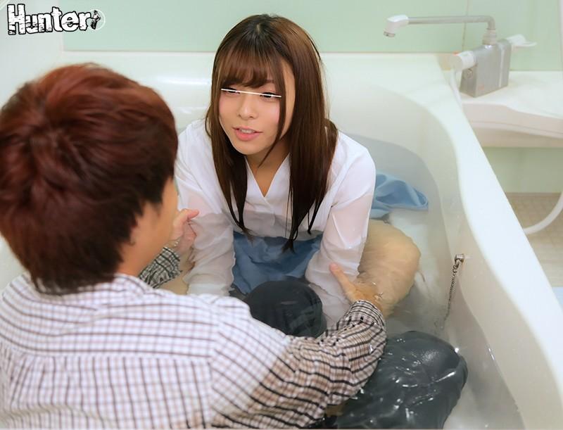 「こっちおいでよ〜服着たままでいいから一緒にお風呂入ろう!」宅飲みからのまさかの混浴!酔っ払った女友達と服を来たまま狭いお風呂で二人きり!