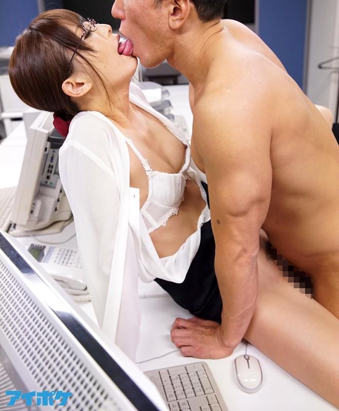 from KISS 理性の奥に隠された性欲を呼び覚ますキスから始まる無防備なオーガズムSEX 立花はるみ キャプチャー画像 2枚目