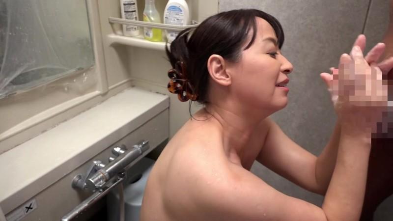 川越で串カツ屋を営む豊満な乳房五十路のお母さん 矢田紀子 画像13
