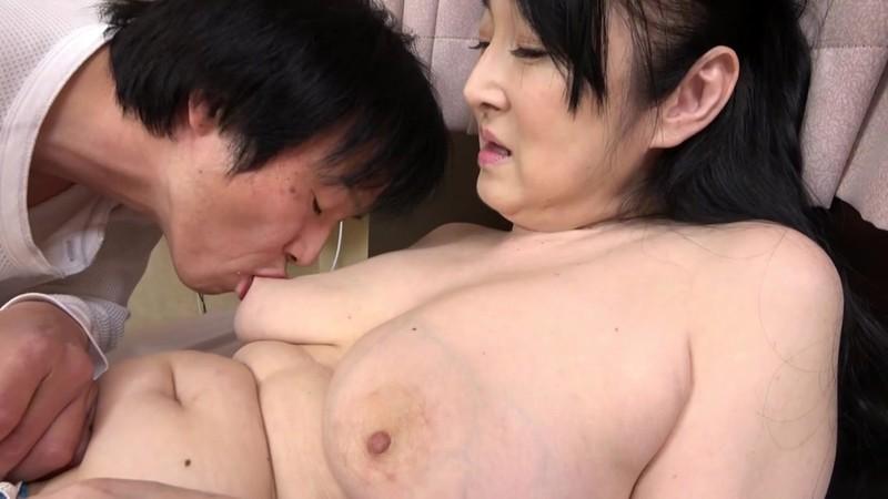 山中湖でモツ鍋屋を営む五十路のお母さんは大きくてエロいお尻でFカップ巨乳! 原田京子 15枚目