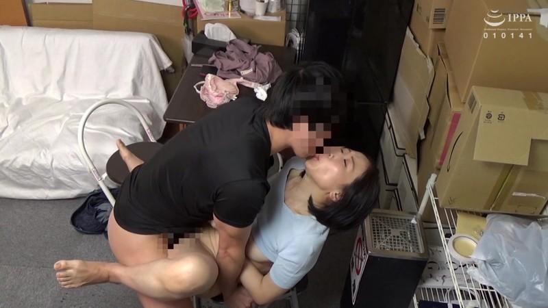 パートの人妻さんが若い従業員をこっそり連れ込んで楽しむヤリ部屋になっているバイト先の休憩室06