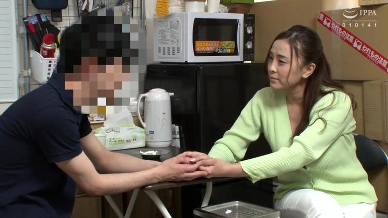 パートの人妻さんが若い従業員をこっそり連れ込んで楽しむヤリ部屋になっているバイト先の休憩室07