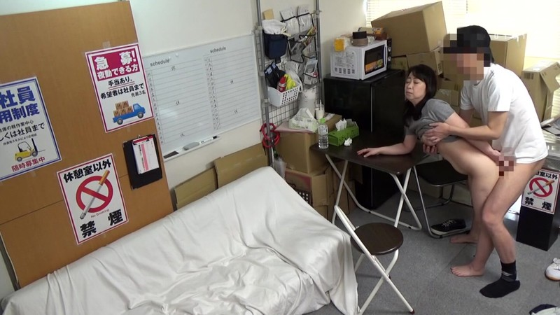 パートの人妻さんが若い従業員をこっそり連れ込んで楽しむヤリ部屋になっているバイト先の休憩室08