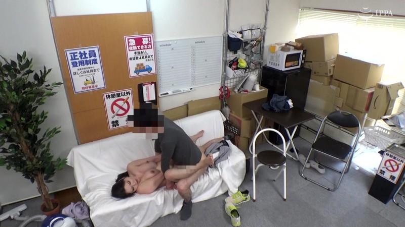 パートの人妻さんが若い従業員をこっそり連れ込んで楽しむヤリ部屋になっているバイト先の休憩室09