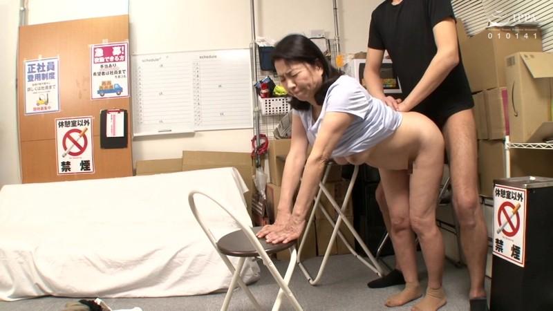 パートの人妻さんが若い従業員をこっそり連れ込んで楽しむヤリ部屋になっているバイト先の休憩室10