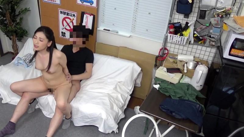パートの人妻さんが若い従業員をこっそり連れ込んで楽しむヤリ部屋になっているバイト先の休憩室15