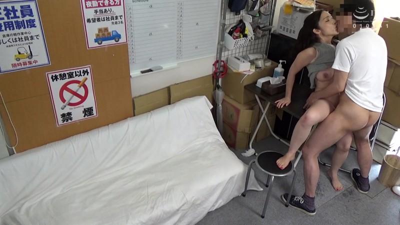 パートの人妻さんが若い従業員をこっそり連れ込んで楽しむヤリ部屋になっているバイト先の休憩室17