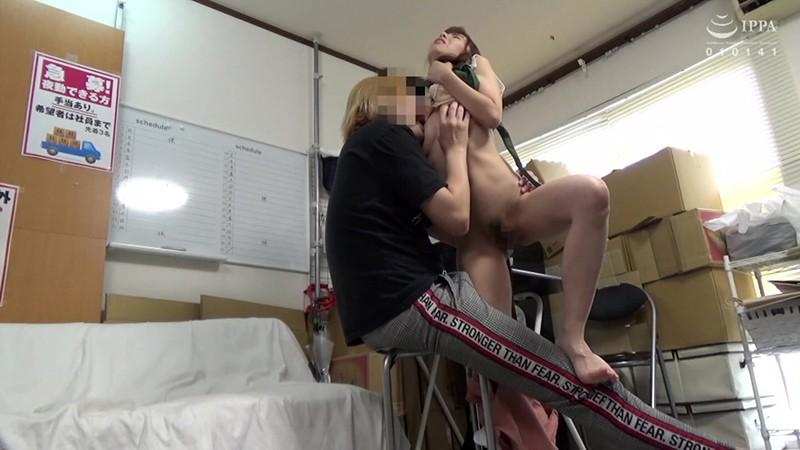 パートの人妻さんが若い従業員をこっそり連れ込んで楽しむヤリ部屋になっているバイト先の休憩室18