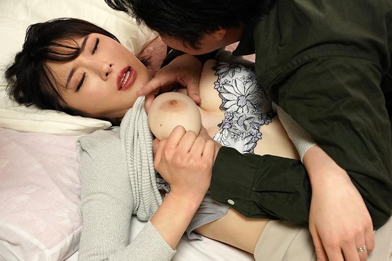 嫁はお義父の肩を揉み、お義父は嫁の乳を揉む。 辻井ほのか キャプチャー画像 4枚目
