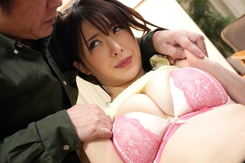 嫁はお義父の肩を揉み、お義父は嫁の乳を揉む。 辻井ほのか7