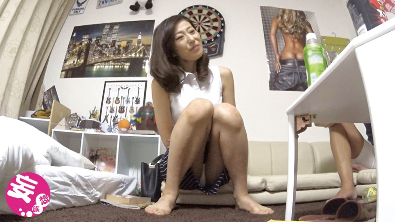 イケメンが熟女を部屋に連れ込んでSEXに持ち込む様子を盗撮したDVD。38〜強引にそのまま中出ししちゃいました〜 画像1