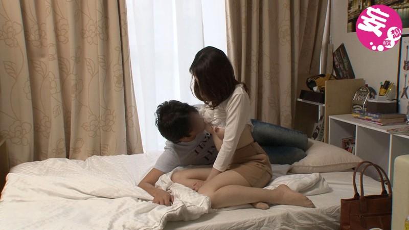 イケメンが熟女を部屋に連れ込んでSEXに持ち込む様子を盗撮したDVD。39〜強引にそのまま中出ししちゃいました〜 画像4