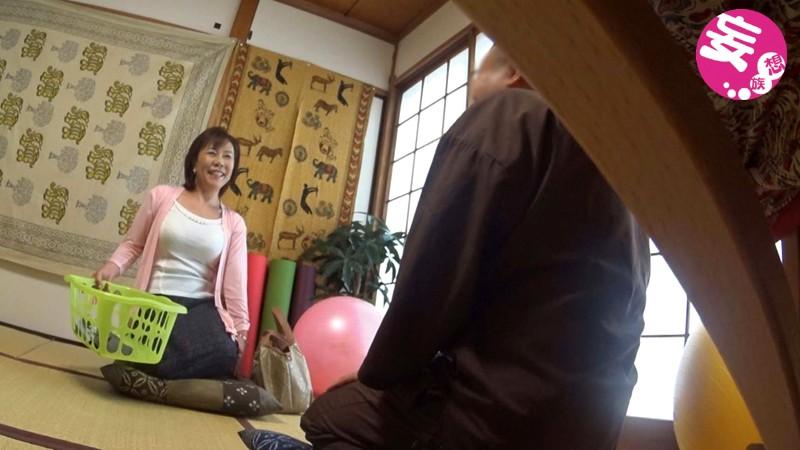 50代主婦層を狙ったセクハラ先生のわいせつヨガ教室 盗撮投稿 画像10