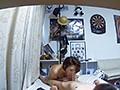 イケメンが熟女を部屋に連れ込んでSEXに持ち込む様子を盗撮したDVD。70〜強引