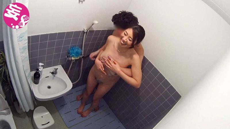 イケメンが熟女を部屋に連れ込んでSEXに持ち込む様子を盗撮した動画。 FANZA限定!先行配信スペシャル!!31サンプルF5
