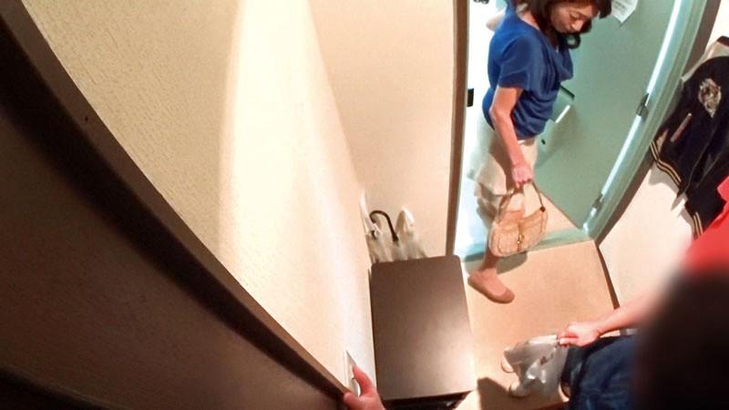イケメンが熟女を部屋に連れ込んでSEXに持ち込む様子を盗撮した動画。 FANZA限定!先行配信スペシャル!!98