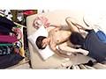 イケメンが熟女を部屋に連れ込んでSEXに持ち込む様子を盗撮した動画。 FANZA限定!先行配信スペシャル!!100
