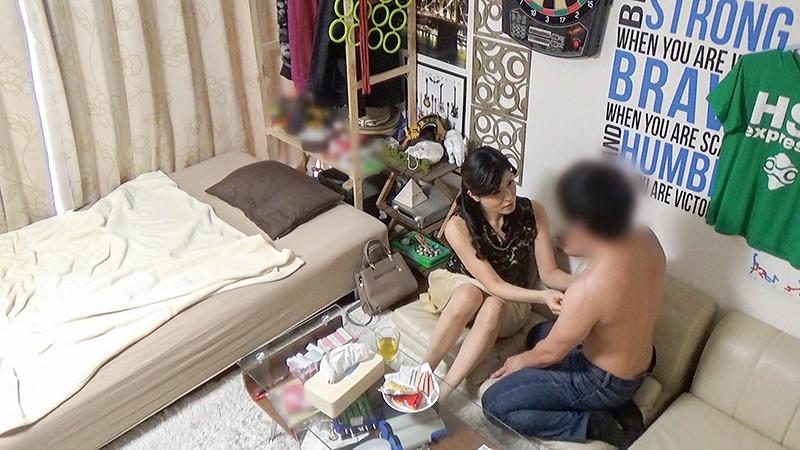 イケメンが熟女を部屋に連れ込んでSEXに持ち込む様子を盗撮した動画。 FANZA限定!先行配信スペシャル!!102