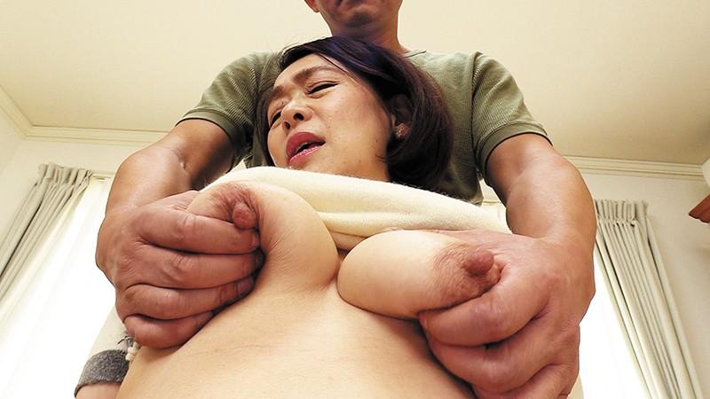 熟女ママ授乳手コキ