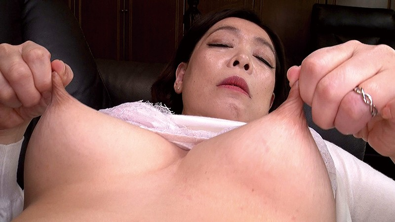 伸縮乳首でイキまくる五十路熟女 画像19