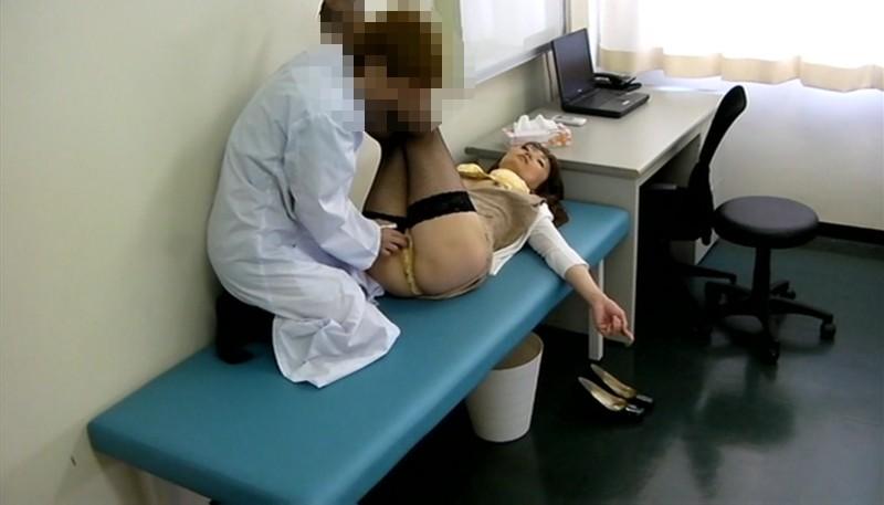 息子と同じくらいの年齢の医者にイタズラされた人妻 10枚目