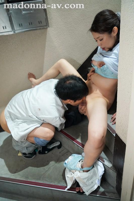 月・水・金のゴミの日の朝、夫に内緒で時短中出しされる人妻 友田真希 4枚目