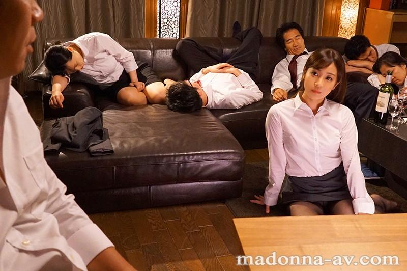 女性のための動画「「ダメ…」周りで同僚たちが寝ているのにジュンくんに荒々しく責められ必死で声を抑える人妻」のサムネイル画像