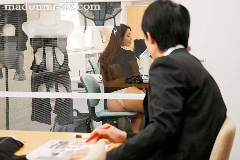 転職先の女上司に勤務中ずっと弄ばれ続けている新人の僕 小早川怜子 1枚目