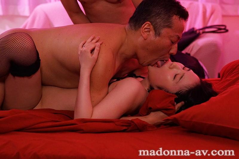背徳の寝取らせシアタールーム 低俗男たちの醜い肉棒で汚された貞淑妻ー。 舞原聖