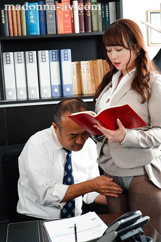 人妻秘書、汗と接吻に満ちた社長室中出し性交 業界屈指の美熟女Madonna専属秘書に就任!! 白石茉莉奈 1枚目