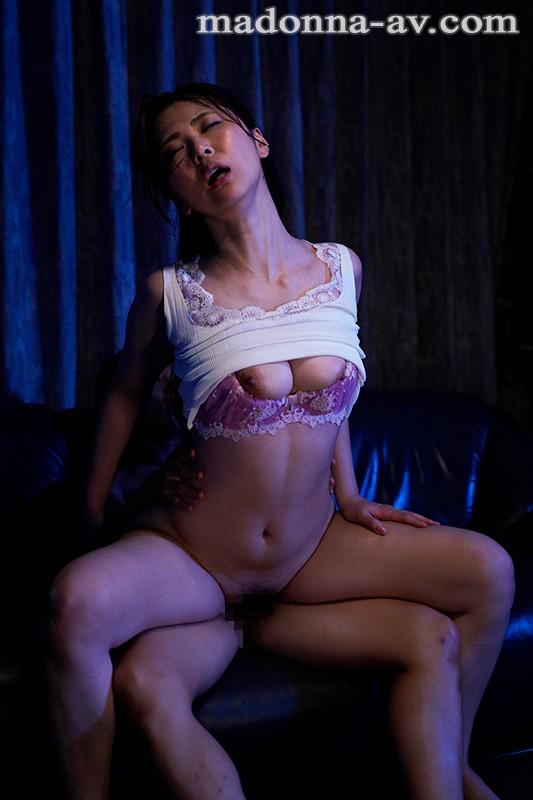 元水着モデルの人妻 マドンナ専属第3弾!! 大停電の夜に憧れの義姉さんと二人きり…。 青山水穂 画像4