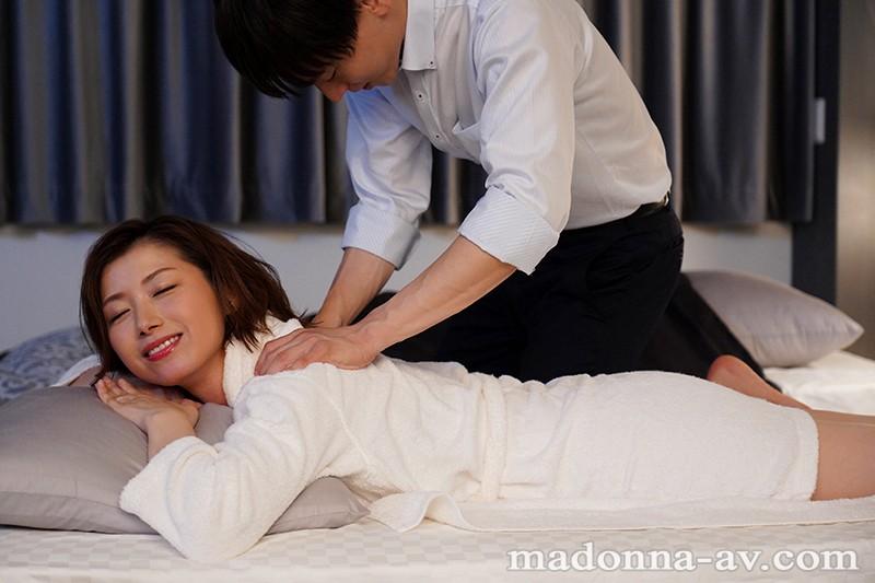 出張先のビジネスホテルでずっと憧れていた女上司とまさかまさかの相部屋宿泊 加藤ツバキ1