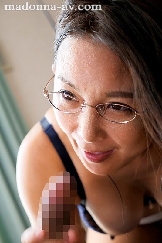 真面目でお堅い友達の母・桃子さんは僕の金玉がすっからかんになるまで精液を絞り取るほどの超絶倫だった…。 一色桃子 画像5