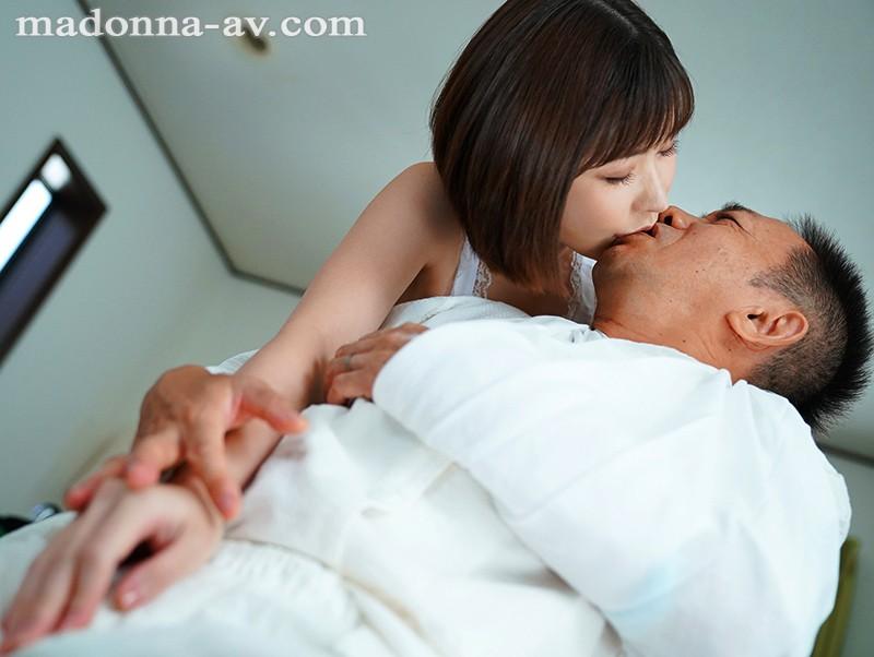 身動きできない僕を焦らし続けるドS介護士の寸止め射精管理 深田えいみ 画像4