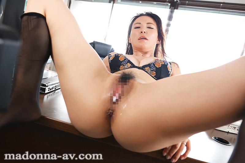 人妻秘書、汗と接吻に満ちた社長室中出し性交 知的な美貌、妖艶な肉体…『秘書にしたい女NO,1』 水野優香 10枚目