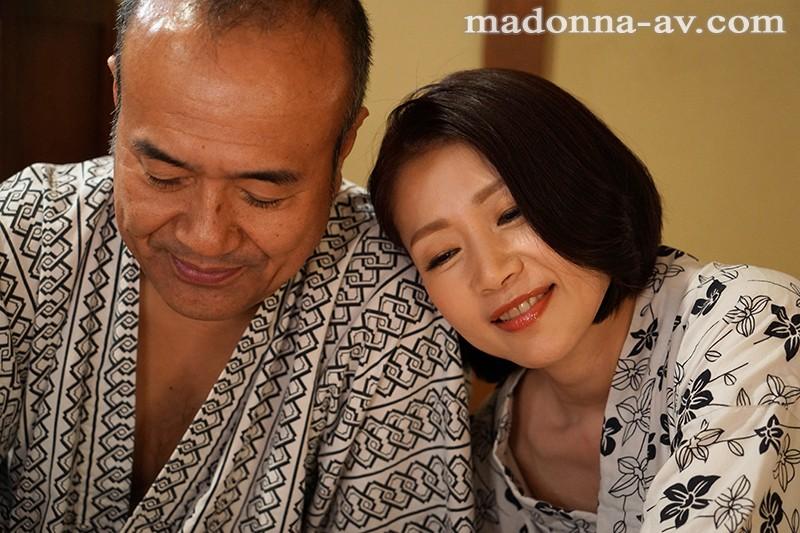 傷心旅行で出会った中年男女がじっくりねっとり時間をかけて愛し合う濃密激情スローセックス 友田真希 1枚目