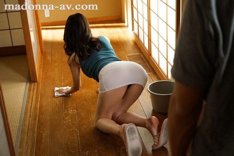 美容部員の人妻 マドンナ専属 第2弾!!中出し解禁!! 猛暑で理性が狂った母子の、汗だく中出し帰省相姦。 麻生ひより 画像1