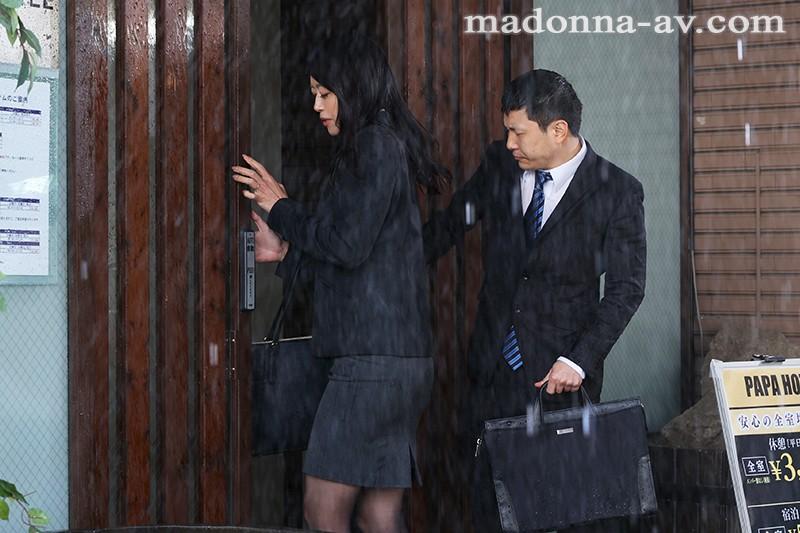 外回り中に突然の大雨―。ビジネスホテルと...