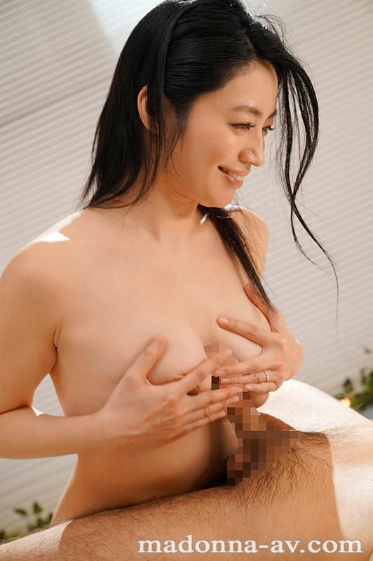 水も滴るイイオンナjp-。市民プールで男の視線を独り占めする人妻 雨森塔子 34歳 AV Debut!!